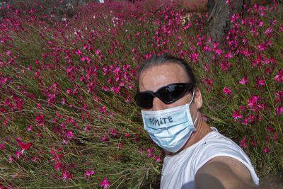 En un jardín de flores carmesí, con el FÓMITE pegado a la boca.
